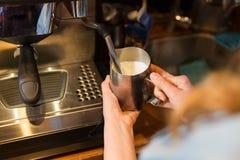 Zamyka up kobieta robi kawie maszyną przy kawiarnią Zdjęcie Royalty Free