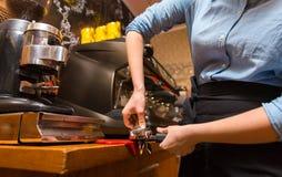 Zamyka up kobieta robi kawie maszyną przy kawiarnią Obrazy Stock