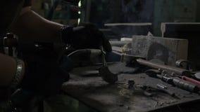 Zamyka up kobieta spawacz lub blacksmith jest ubranym ochrony maskowego naprawianie i spawalniczego metalu przedmiot który robi p zbiory wideo