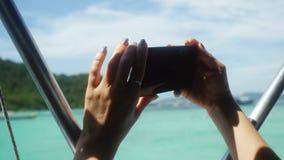 Zamyka up kobieta używa mobilnego mądrze telefon na nabrzeżnym podczas wakacje 3840x2160 zbiory