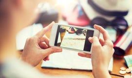Zamyka up kobieta z smartphone i podróż materiałem obrazy stock
