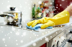 Zamyka up kobiety cleaning kuchenki kuchnia w domu Zdjęcia Stock