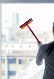 Zamyka up kobiety cleaning okno z gąbką fotografia stock