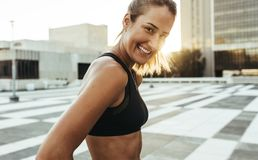 Zamyka up kobiety jogger stoi outdoors obrazy royalty free