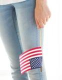 Zamyka up kobiety mienia flaga amerykańska w ręce zdjęcia stock