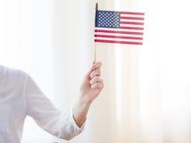 Zamyka up kobiety mienia flaga amerykańska w ręce obrazy stock