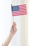 Zamyka up kobiety mienia flaga amerykańska w ręce zdjęcie royalty free