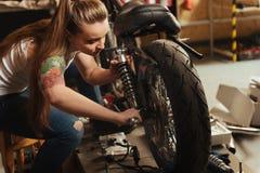 Zamyka up kobiety naprawiania zwilżacz Zdjęcie Royalty Free