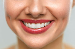 Zamyka Up kobiety usta Z Pięknym uśmiechem I Białymi zębami Fotografia Royalty Free