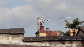 Zamyka Up Kominowych garnków Telewizyjne anteny & dachu wierzchołka płytki Buidling tła - niebieskiego nieba Fuffy chmury - zbiory