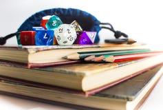 Zamyka up kostka do gry i ołówki na górze książek Obraz Royalty Free
