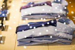 Zamyka up koszula z krawatami przy sklepem odzieżowym Obraz Stock