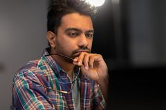 Zamyka up kreatywnie mężczyzna pracuje przy nocy biurem fotografia royalty free