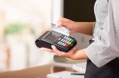Zamyka up kredytowa karciana maszyna, kobiety ręka swaping szarą kartę Zdjęcia Royalty Free