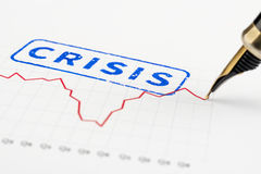 Zamyka up kryzysu wykres i znaczek Zdjęcia Royalty Free