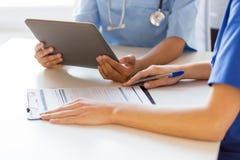Zamyka up lekarki z pastylka komputerem osobistym przy szpitalem Zdjęcie Royalty Free