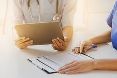 Zamyka up lekarki z pastylka komputerem osobistym przy szpitalem Zdjęcia Royalty Free