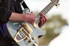 Zamyka up mężczyzna bawić się gitarę zdjęcia stock
