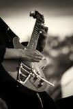 Zamyka up mężczyzna bawić się gitarę obrazy royalty free