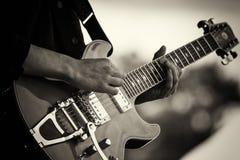 Zamyka up mężczyzna bawić się gitarę obraz royalty free