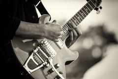 Zamyka up mężczyzna bawić się gitarę zdjęcie stock