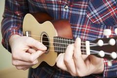 Zamyka Up mężczyzna Bawić się ukulele Zdjęcia Royalty Free