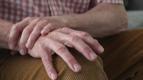 Zamyka Up mężczyzna cierpienie Z Parkinsons chorobą zdjęcie wideo