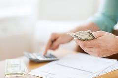 Zamyka up mężczyzna odliczający pieniądze i robić notatki Fotografia Stock