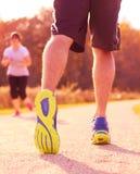 Zamyka up mężczyzna odprowadzenie w naturze z jogger w tle Fotografia Royalty Free