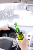 Zamyka up mężczyzna pije alkohol podczas gdy jadący samochód Obrazy Stock
