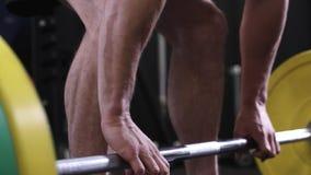 Zamyka Up mężczyzna Podnosi Ciężkich ciężary W Gym zdjęcie wideo