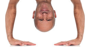 Zamyka up mężczyzna pozycja na jego rękach obraz stock