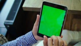 Zamyka up mężczyzna używa jego pastylkę zielony ekran zbiory wideo