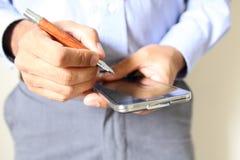 Zamyka up mężczyzna używa mobilnego mądrze telefon obrazy stock