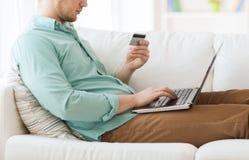 Zamyka up mężczyzna z laptopem i kredytową kartą Fotografia Royalty Free