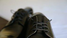 Zamyka up męscy smokingowi buty, elegancja ślubu fornala buty zbiory wideo