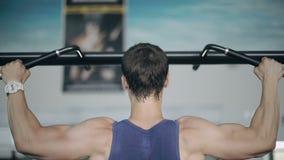Zamyka up męski bodybuilder ciągnie up w gym zbiory