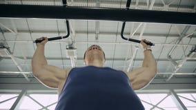 Zamyka up męski bodybuilder ciągnie up w gym zdjęcie wideo