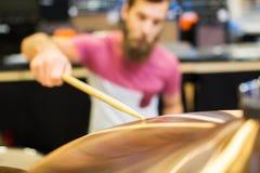 Zamyka up męski muzyk bawić się cymbałki Obraz Royalty Free