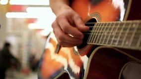 Zamyka up męski muzyk w cajgów bawić się zdjęcie wideo