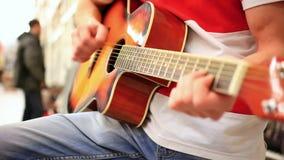 Zamyka up męski muzyk w cajgów bawić się zbiory