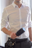 Zamyka up męski stylista z muśnięciem przy salonem fotografia stock