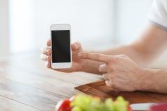 Zamyka up męskie ręki trzyma smartphone Fotografia Stock