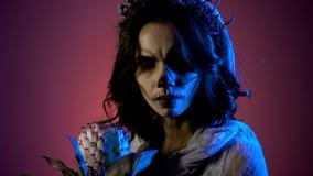 Zamyka up młoda ciemnowłosa dziewczyna z Halloween przerażającym makijażem Boczny widok ciemnowłosa młoda kobieta ubierał wewnątr zdjęcie wideo