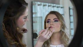 Zamyka up młoda kobieta dostaje stałego wargi makeup przy piękno salonem zdjęcie wideo