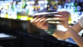 Zamyka up młoda kobieta używa potrząsacz pozycję przy barem zdjęcie wideo