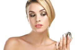 Zamyka up a młoda piękno kobieta z lustrem Fotografia Royalty Free