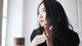 Zamyka up młody Azjatycki kobiety główkowanie zdjęcie wideo