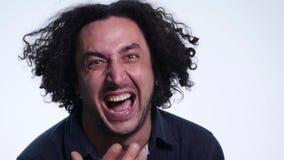 Zamyka up młody gniewny mężczyzna krzyczeć odizolowywam na białym tle Zamyka w górę portreta młodego człowieka krzyczeć gniewny b zdjęcie wideo