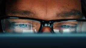 Zamyka up m??czyzna z niebieskich oczu programowa? komputerowy daleko i bra? eyeglasses naciera? jego oczy zdjęcie wideo